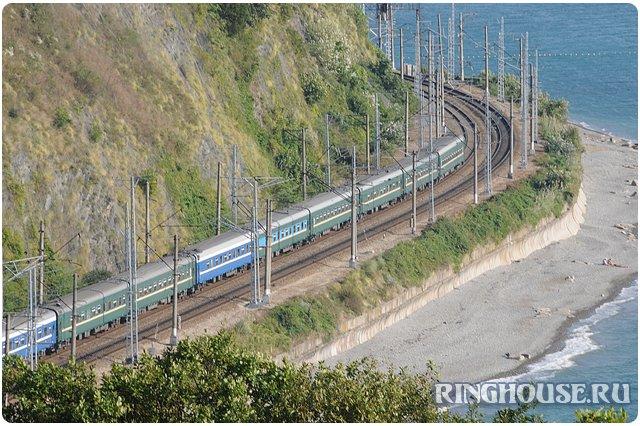 Поезд на побережье черного моря (Лазаревское)